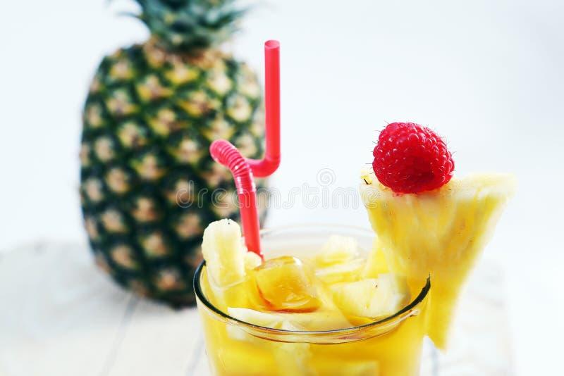 Свежий сок с куском ананаса стоковое фото rf