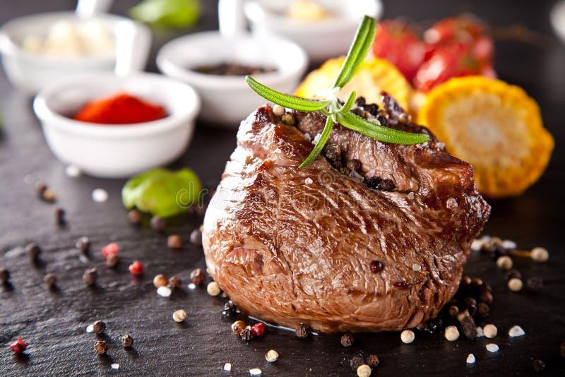 Свежий стейк говядины на черном камне стоковые изображения