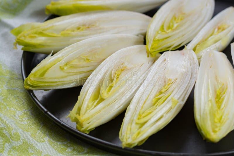 Свежий сырцовый бельгийский горький салат цикория готовый для того чтобы сварить стоковая фотография