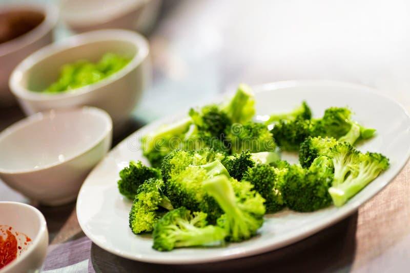 Свежий сырцовый брокколи, пук свежего зеленого брокколи готового для варить стоковая фотография