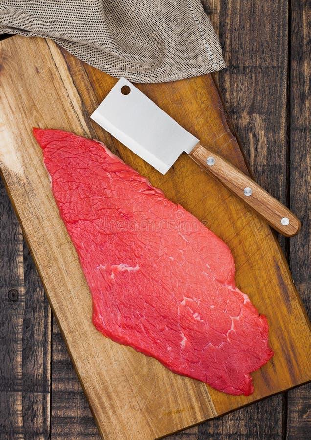 Свежий сырцовый стейк говядины в черноте на деревянной доске стоковые фото