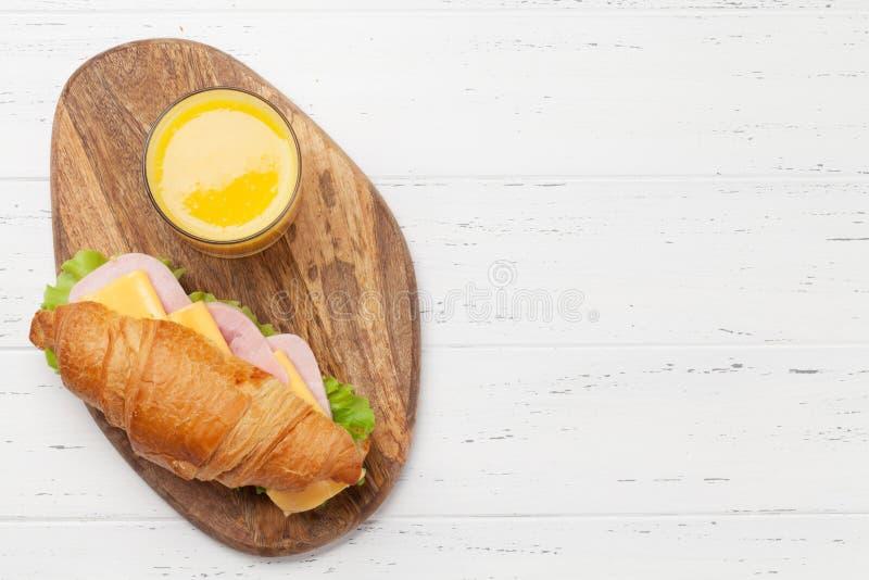 Свежий сэндвич апельсинового сока и круассана стоковое фото