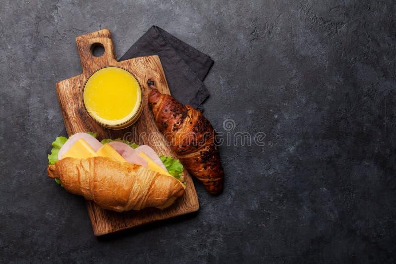 Свежий сэндвич апельсинового сока и круассана стоковое изображение