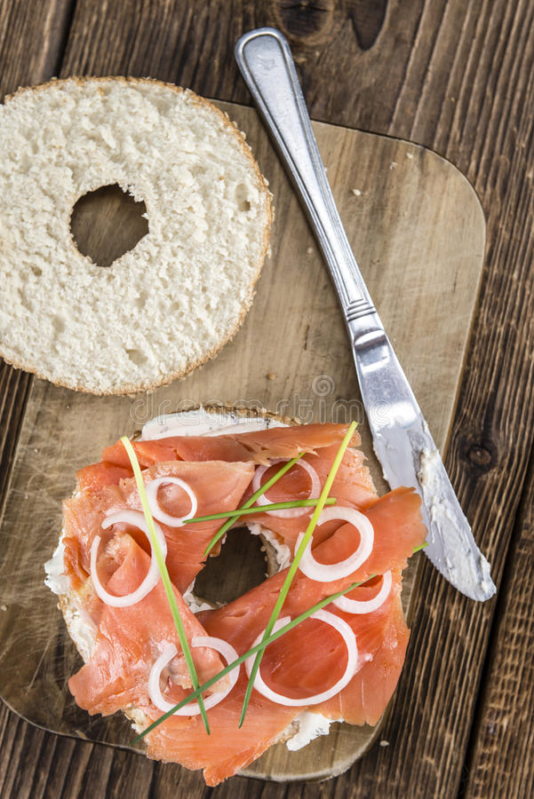 Свежий сделанный бейгл с Salmon селективным фокусом стоковое фото rf