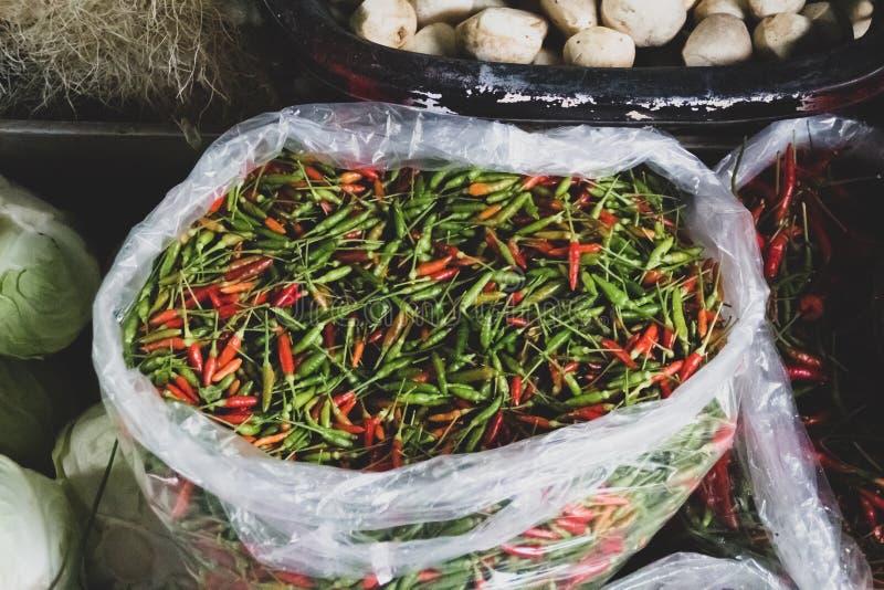 Свежий тайский красный, зеленый и оранжевый chili на рынке стоковое изображение rf