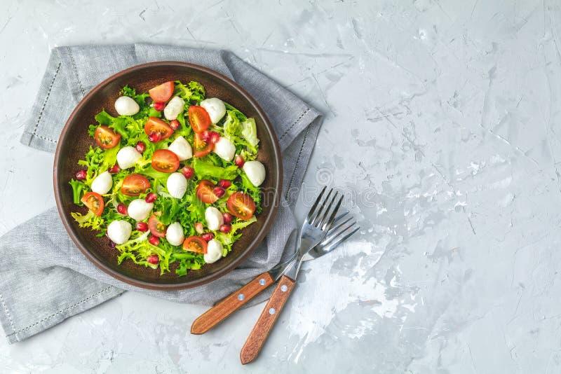 Свежий томат вишни, салат моццареллы с зеленым смешиванием салата стоковое изображение rf