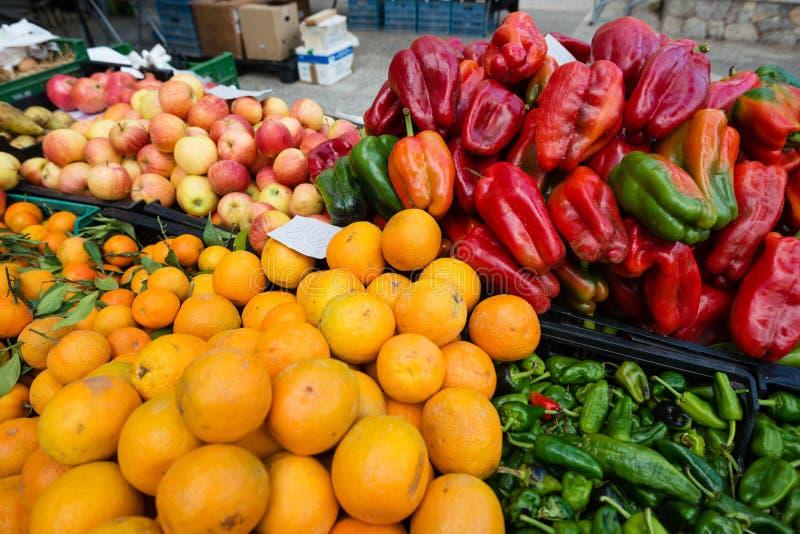 Свежий фрукт и овощ на рынке стоковое изображение rf