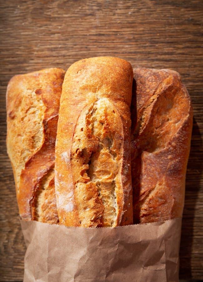 Свежий хлеб на деревянном столе стоковые изображения rf