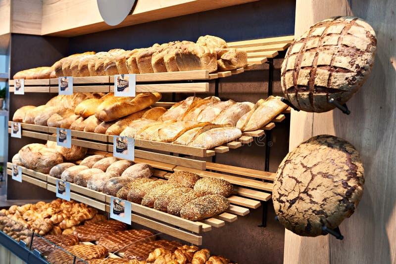 Свежий хлеб на полках в хлебопекарне стоковая фотография rf