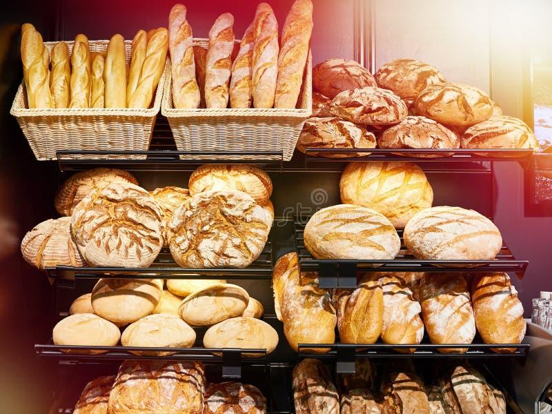 Свежий хлеб на полках в хлебопекарне стоковое фото