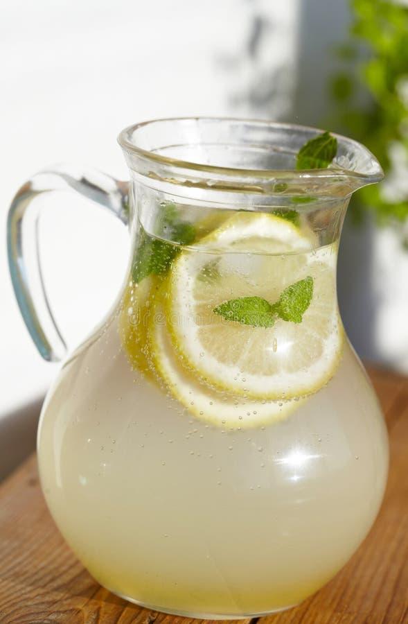 Свежий холодный лимонад имбиря с льдом стоковые фото