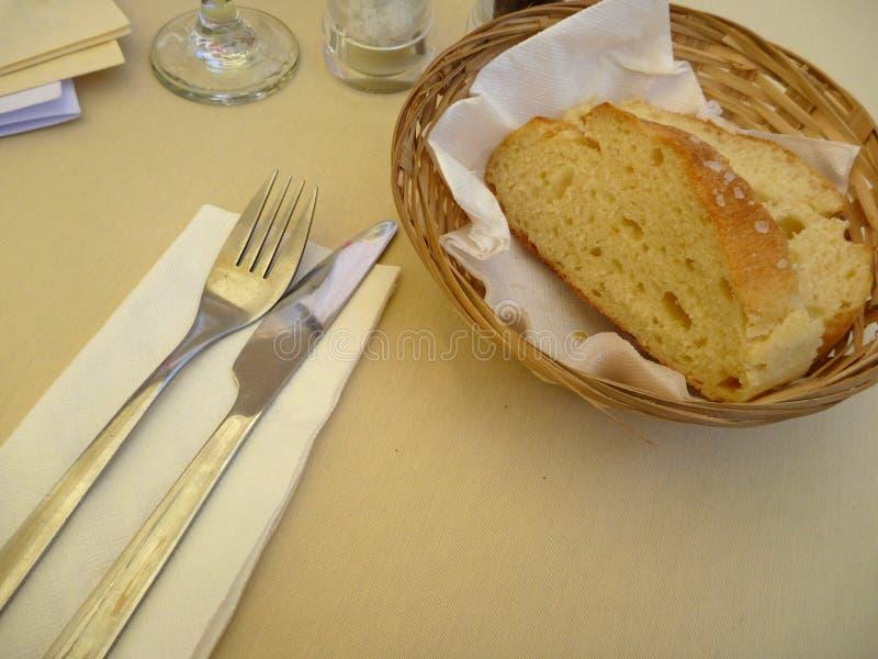 Свежий хлеб в корзине с ножом и вилкой стоковое изображение rf