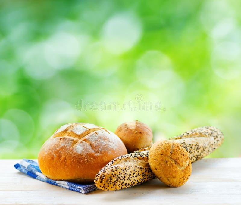 Download Свежий хлеб и Checkered салфетка на деревянном столе на сельском Backgr Стоковое Фото - изображение насчитывающей baikal, хуторянин: 33735898