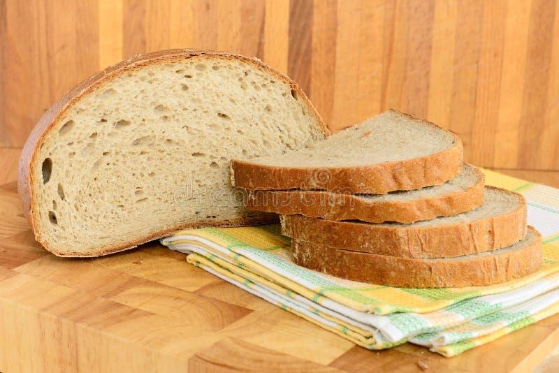 Хлеб на деревянной доске стоковые изображения rf