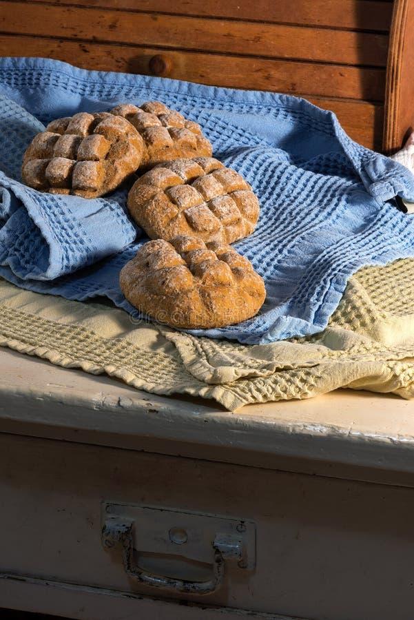 Download Свежий хлеб над деревянным столом на восходе солнца Стоковое Фото - изображение насчитывающей балансера, варить: 40587334