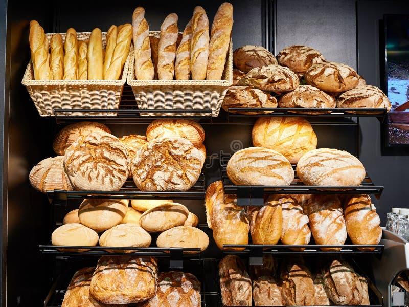 Свежий хлеб на полках в хлебопекарне стоковые фотографии rf