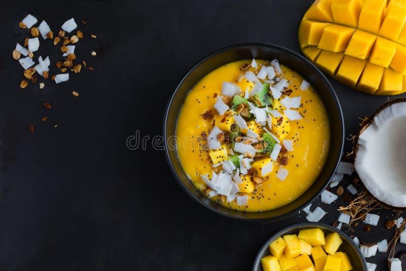 Свежий шар smoothie манго и кокоса стоковые фото