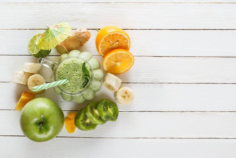 Свежий milkshake тропических плодоовощей, зеленого яблока, известки и мяты стоковые фотографии rf