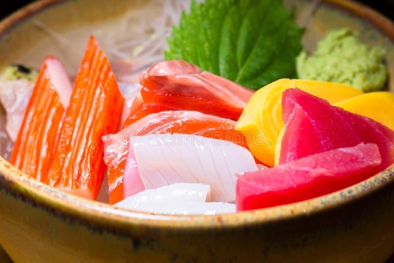 Свежий salmon кусок рыб с комплектом тунца Сасими суш установленные и крены суш служили на черном каменном шифере конец вверх стоковые фотографии rf