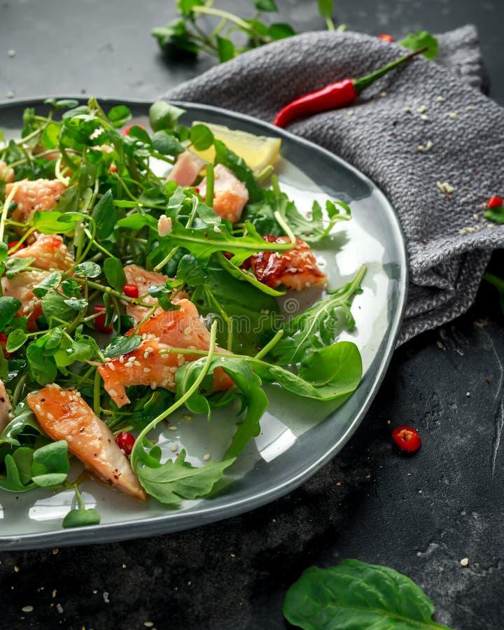 Свежий Salmon салат в азиатском стиле с семенами сезама, chili, лимоном и зелеными овощами стоковая фотография