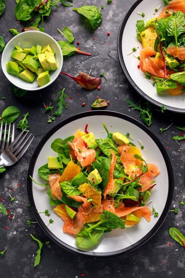 Свежий salmon салат с овощами авокадоа, оранжевых и зеленых стоковое изображение rf