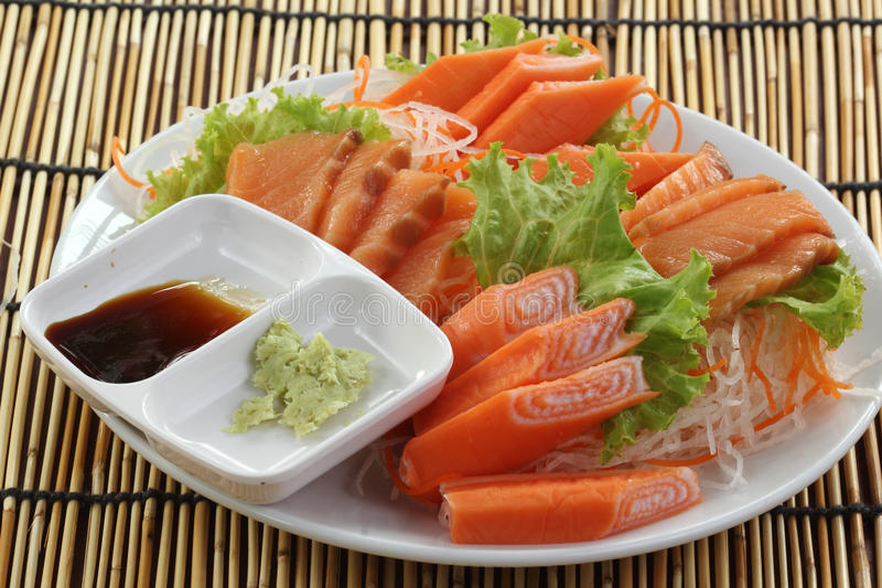 Свежий Salmon сасими установленный на плиту стоковые изображения rf