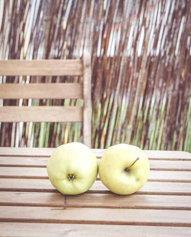 2 свежих яблока стоковые изображения rf