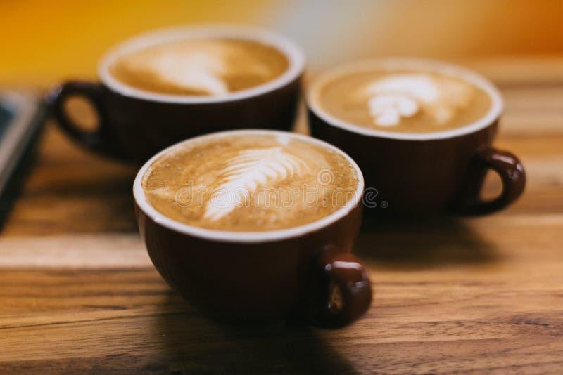 Свежо заварил latte ожидая к наслаженный стоковое изображение rf