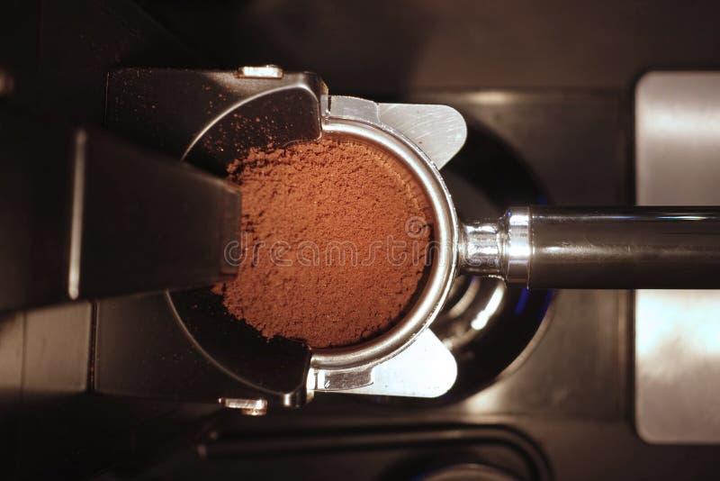 Свежо земные кофейные зерна в фильтре porta стоковое фото rf