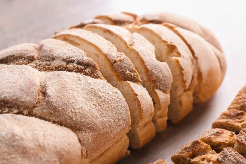 Свежо испекл хлебец на таблице, крупном плане стоковое фото