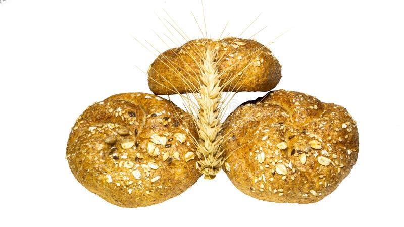 Свежо испеченные очень вкусные 3 хлебца хлеба с колоском пшеницы изолированный на белой предпосылке, конец-вверх стоковые фото