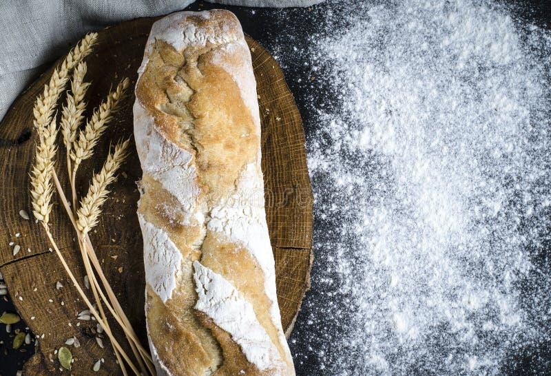 Свежо испеченный домодельный традиционный хлеб на деревенском деревянном столе стоковые фотографии rf