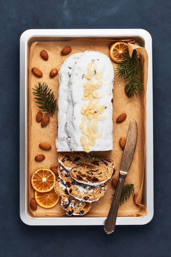 Свежо испеченный торт Stollen рождества с сахаром замороженности стоковое фото rf