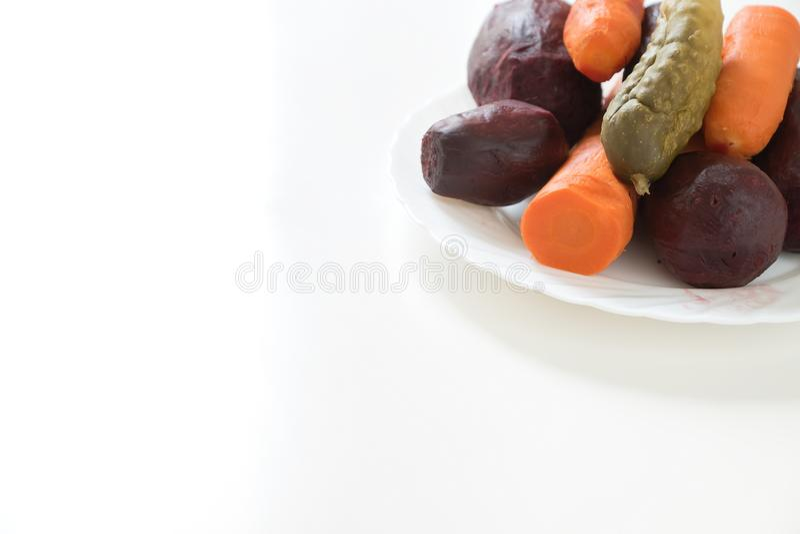 Свеклы, моркови лежат сваренный на белой плите Белая предпосылка США стоковые фото