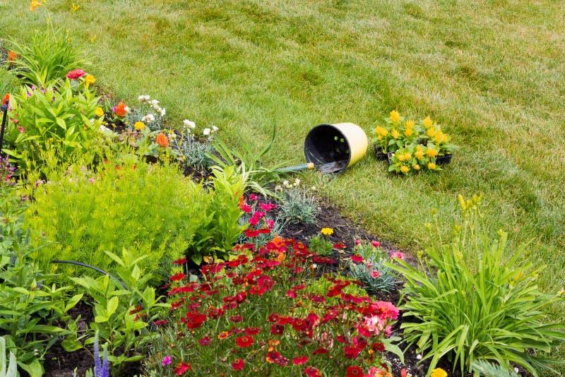Download Сверганное ведро в саде стоковое фото. изображение насчитывающей садоводство - 41662660