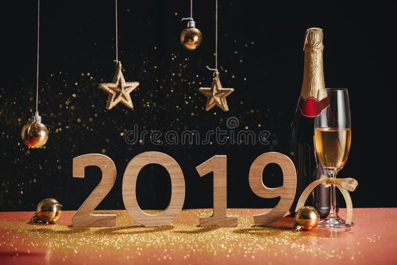 Сверкная предпосылка Нового Года, копирует космос Шампань с декорумами стоковое фото rf