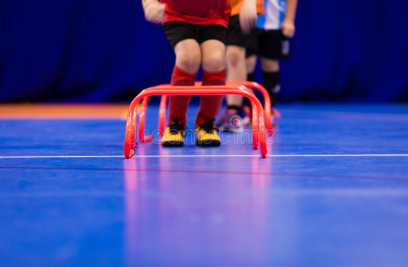Сверла Futsal скача Встреча крытого футбола Futsal Молодые futsal игроки работая для подвижности и координации стоковые изображения