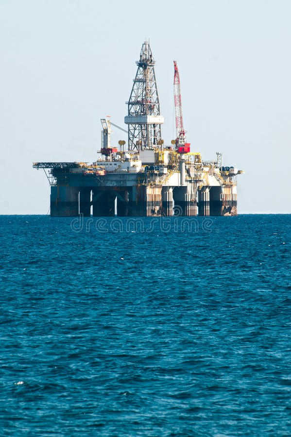 сверля море снаряжения нефтяной платформы стоковые фотографии rf