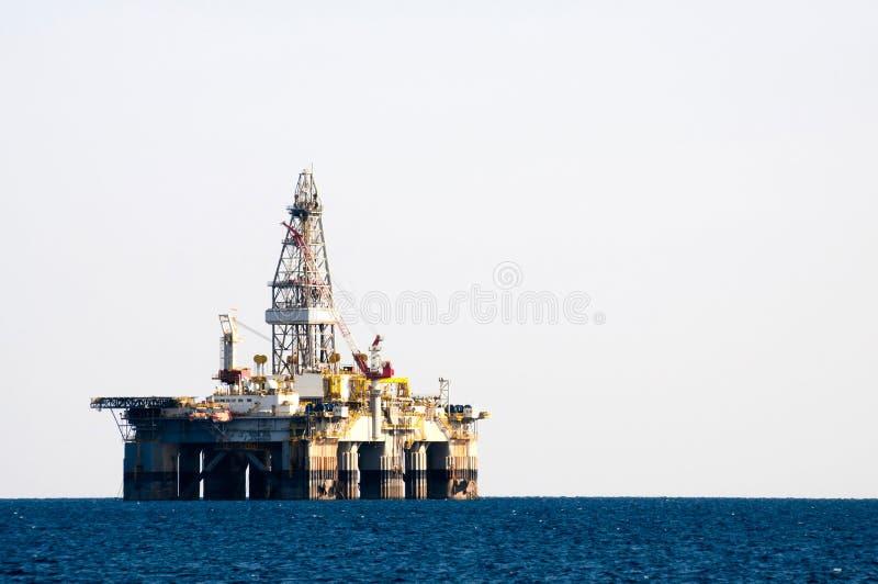 сверля море снаряжения нефтяной платформы стоковая фотография rf