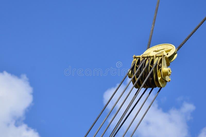 Свернитесь спиралью для железного кабеля в кране башни против голубого неба Механически компонент для operatio крана стоковое фото rf