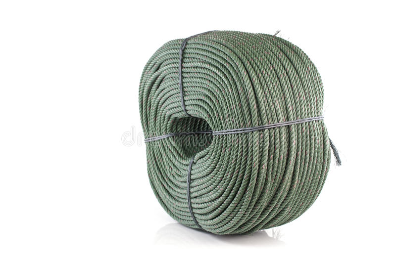 Сверните толстую зеленую изолированную веревочку нейлона на белой предпосылке стоковые изображения rf