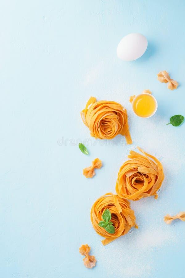 Свернул свежие итальянские fettuccine или макаронные изделия tagliatelle стоковое изображение rf
