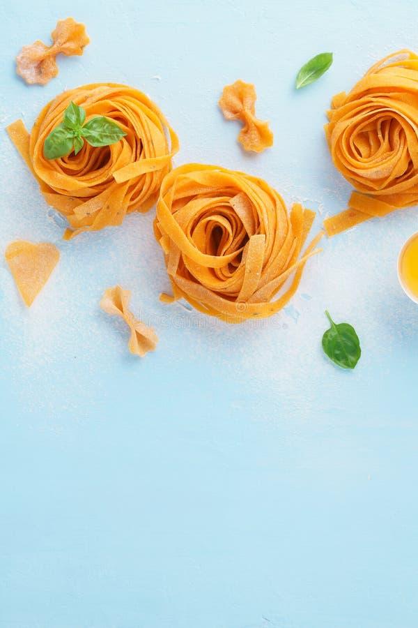 Свернул свежие итальянские fettuccine или макаронные изделия tagliatelle стоковые фото