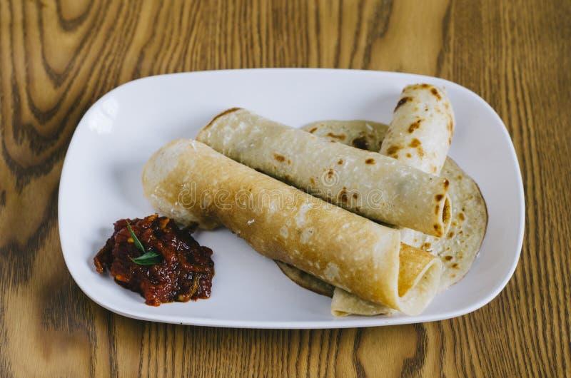 Свернутый блинчик с пряными деликатесами малайзийца соуса стоковые изображения