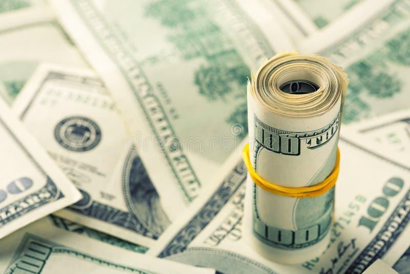 Свернутый $100 долларовым банкнотам стоковое фото rf