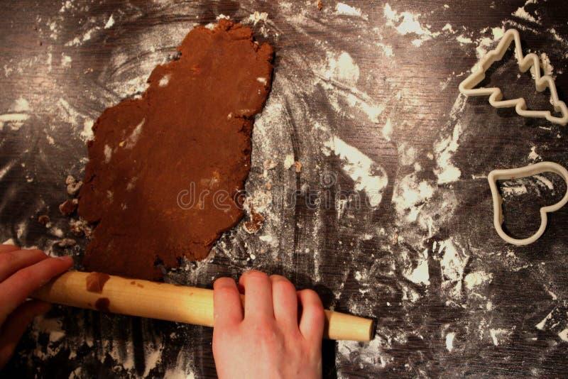 Свертывая домодельный пряник на floured таблице стоковые фото