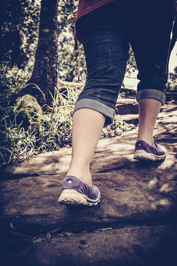 Сверхконтрастный винтажный тон тренировки женщины идя, жулика здоровья стоковое изображение