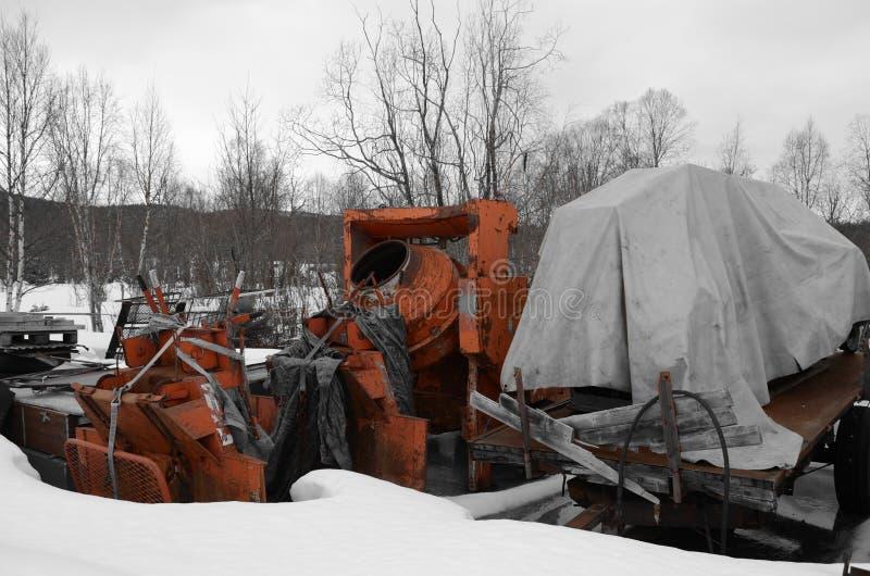 Сверхмощный оранжевый смеситель цемента в дворе утиля стоковая фотография