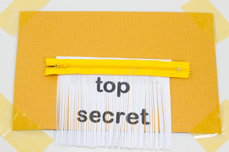 Сверхсекретный, разрушая лист бумаги с желтой молнией как sh стоковые изображения rf