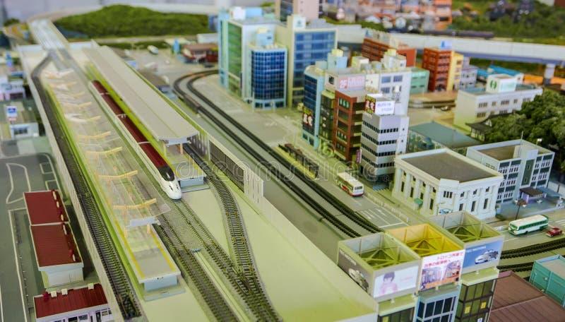 Сверхскоростной пассажирский экспресс в диораме города стоковые изображения